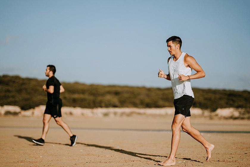 correre sulla spiaggia con o senza scarpe da running, argomenti
