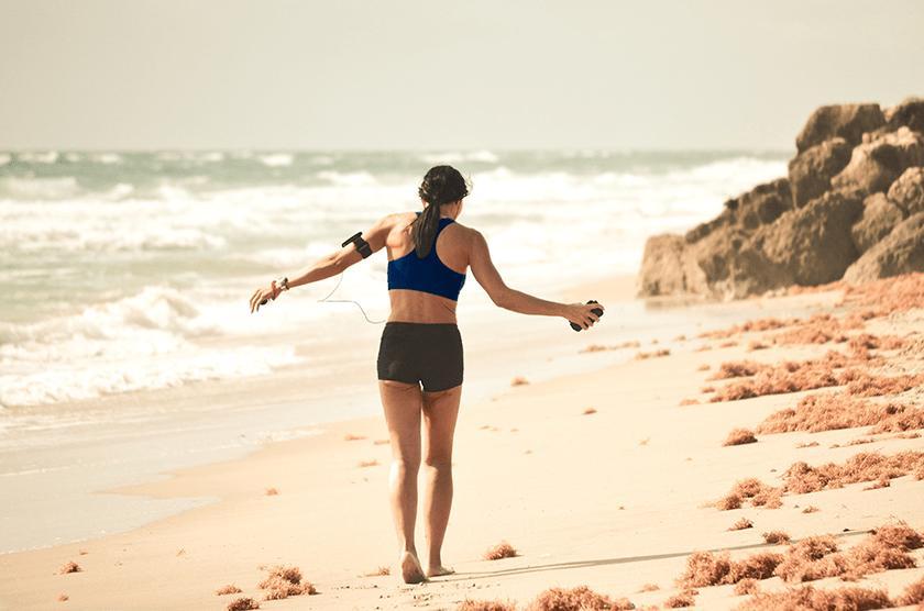 correre sulla spiaggia con o senza scarpe da running, infortuni
