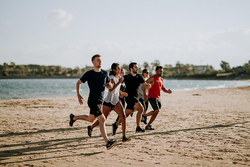 correre sulla spiaggia con o senza scarpe da running, modelli